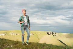 Studencka dziewczyna outdoors w wsi na lata lata podróży ono uśmiecha się Kaukaska żeńska szkoła wyższa lub uniwersytet Fotografia Royalty Free