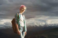 Studencka dziewczyna outdoors w wsi na lata lata podróży ono uśmiecha się Kaukaska żeńska szkoła wyższa lub uniwersytet Obrazy Royalty Free