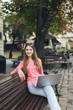 Studencka dziewczyna pracuje z laptopem w starym mieście Obrazy Royalty Free