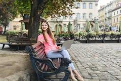 Studencka dziewczyna pracuje z laptopem w starym mieście Zdjęcia Stock