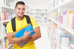 Studencka edukacja pokazuje wskazujący marketingowych reklamy ogłoszenia młodego człowieka ludzi copyspace kopii przestrzeni bibl obrazy stock