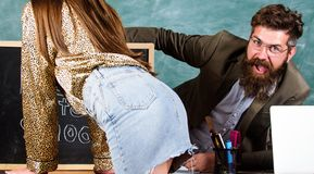 Studencka kusicielka Szkolna zachowanie dyscyplina, reguły i Nauczyciela lub dyrektora szkoły przyglądających pośladków dziewczyn zdjęcia royalty free