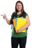 Studencka młoda kobieta pokazuje marketingowemu portretowi uśmiechniętych ludzi jest zdjęcie royalty free