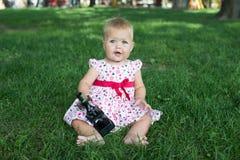 Studencka mała dziewczynka z mikroskopem - pracujący outside w naturze obraz royalty free