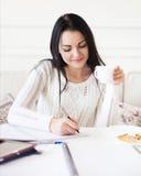 Studencka nastoletnia dziewczyna studiuje w domu Obraz Stock
