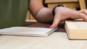 Studencka samiec Czyta ksi??k? i Pisze informacji w notatniku zbiory wideo