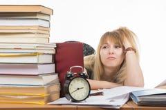 Studencka smutna patrzeje sterta książki obrazy stock