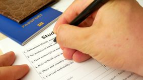 Studencka wniosek wizowy forma z paszportem i piórem zbiory