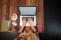 Studencki działanie w kawiarni zdjęcie stock