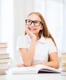 Studencki dziewczyny studiowanie przy szkołą Fotografia Stock