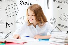 Studencki dziewczyny studiowanie przy szkołą Zdjęcia Stock