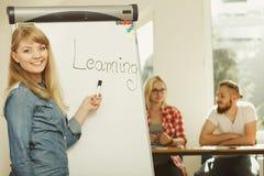 Studencki dziewczyny writing uczenie s?owo na whiteboard fotografia stock