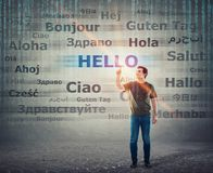 Studencki facet wskazuje palec wskazującego w górę wybierać słowo z różnymi przekładami cześć Różnojęzyczny nauczyciela uczenie,  fotografia royalty free