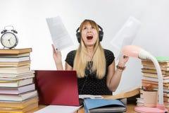Studencki krzyka status rozumie papier i czyta w przygotowaniu do sesi Obrazy Stock