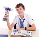 Studencki ono uśmiecha się z trofeum obraz stock