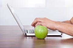 Studencki rozwiązuje matematyki problem na laptopie Fotografia Royalty Free