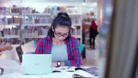 Studencki studiowanie i writing na książce w bibliotece zbiory wideo