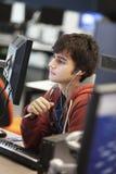 Studencki Używa komputer I Słuchająca muzyka Obrazy Royalty Free