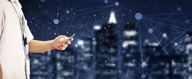 Studencki Używa telefon komórkowy z Związanymi kropek grafika Fotografia Royalty Free