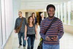 Studencki Używa Cyfrowej pastylki puszka uniwersytet Zdjęcia Stock