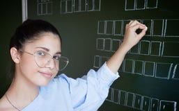 Studencki writing na blackboard z kredą zdjęcia royalty free