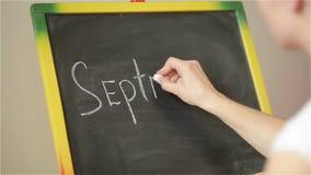 Studencki writing na wielkim blackboard w szkole szkoła, z powrotem, pierwszy Wrzesień zdjęcie wideo