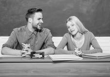 Studencki ?ycie Lekcja i blackboard Nauczyciela dzie? nowoczesnej szko?y Wiedza Dzie? Para m??czyzna i kobieta w sali lekcyjnej obrazy royalty free