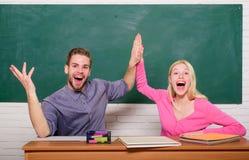 Studencki ?ycie Lekcja i blackboard Nauczyciela dzie? nowoczesnej szko?y Wiedza Dzie? Para m??czyzna i kobieta w sali lekcyjnej obraz royalty free