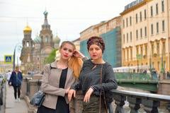 Studenckie dziewczyny opierali na ogrodzeniu Griboyedov kanał obwałowywają zdjęcia stock
