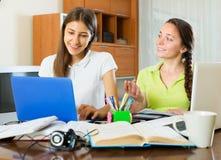 Studenckie dziewczyny studiuje w domu Zdjęcia Stock