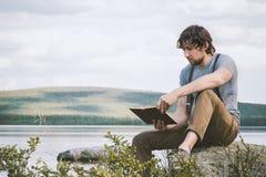 Studenckiego mężczyzny czytelnicza książka plenerowa jaźni edukacja obrazy royalty free
