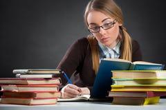 Studenckiej dziewczyny pracująca praca domowa Obraz Stock