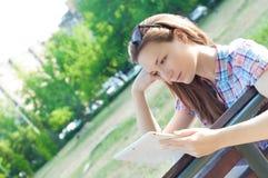 Studenckiej kobiety pastylki czytelniczy komputer Zdjęcia Royalty Free