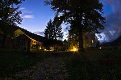 Studenica在晚上祷告期间的修道院围场 库存照片