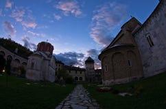 Studenica在晚上祷告期间的修道院围场 免版税库存图片