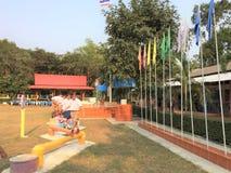 Studentövning i skolalekplatser Arkivbild
