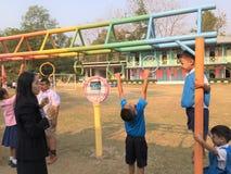 Studentövning i skolalekplatser Royaltyfri Fotografi