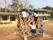 Studentövning i skolalekplatser Arkivbilder