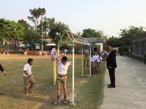 Studentövning i skolalekplatser Royaltyfri Foto