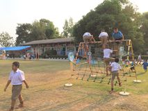 Studentövning i skolalekplatser Royaltyfri Bild
