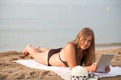 Student auf dem Strand lizenzfreies stockfoto