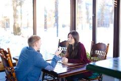 Student auf erstem Datum mit neuem Freund im Café Lizenzfreies Stockbild