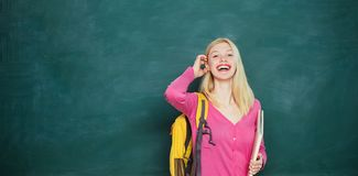 Student bereit, ein pädagogisches zu schulen Glückliches jugendlich Hochschulstudium auf dem Campus, kaukasisches Studentinlachen lizenzfreies stockfoto