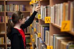 Student in bibliotheek Stock Foto