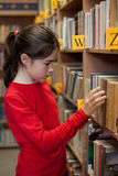 Student in bibliotheek Royalty-vrije Stock Foto's