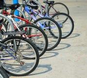Student Bicycles och skuggor på universitetsområde tillbaka till skolan royaltyfri foto