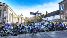 Student bicyles en theater en muziekaffiches in Cambridge, Cambridgeshire, Engeland stock fotografie