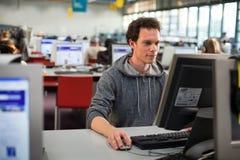 Student bij de computer Stock Afbeeldingen