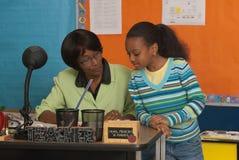Student bij lerarenbureau Stock Fotografie