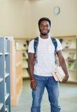 Student With Books Standing in der Buchhandlung Lizenzfreie Stockfotografie